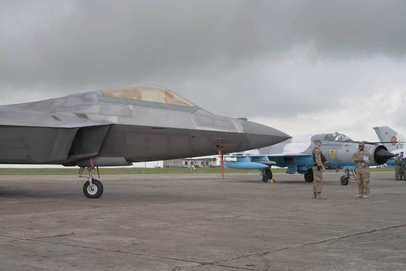 image-2016-04-25-20957516-41-avioane-22-raptor-langa-mig-21-lancer